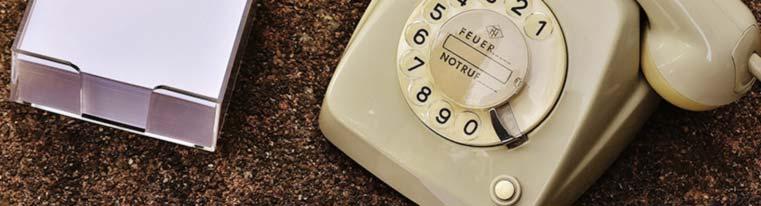 Altes Telefon und Papierblock